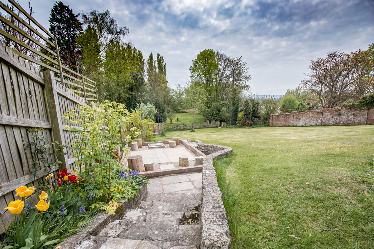 Large holiday cottage in Dorset with log burner garden