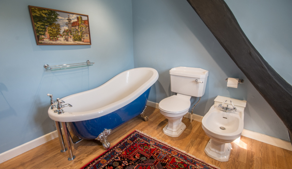 thatched romantic holiday cottage bathroom 2
