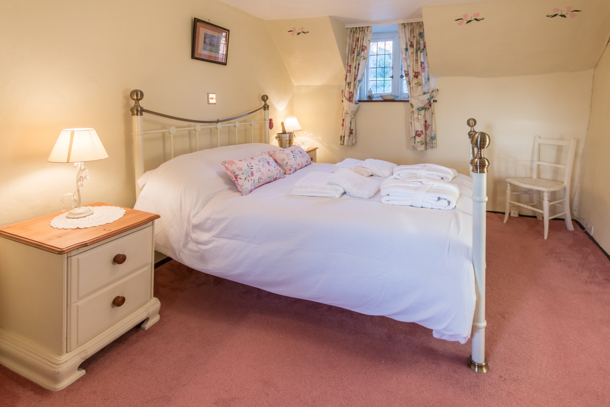 cosy thatched cottage double room