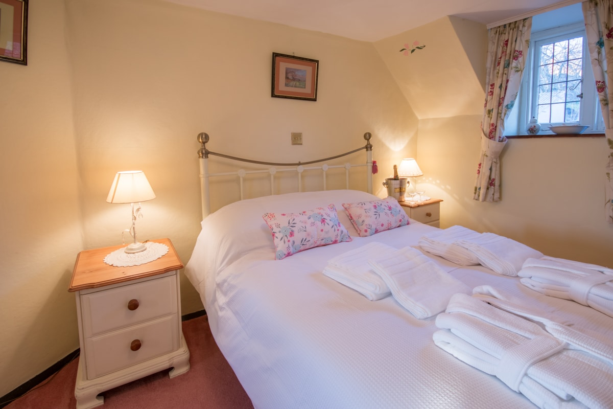 cosy thatched cottage double room 3