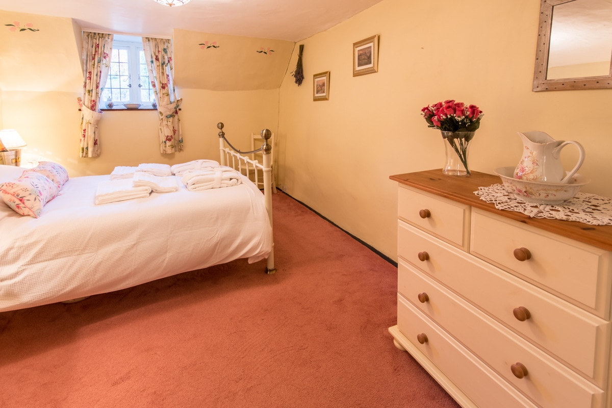 cosy thatched cottage double room 2