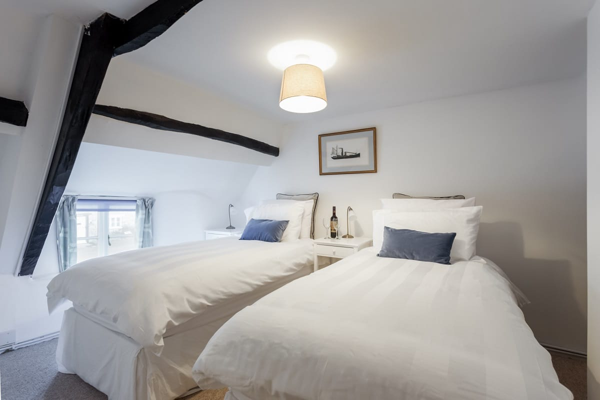 thatched cottage in corfe castle twin room