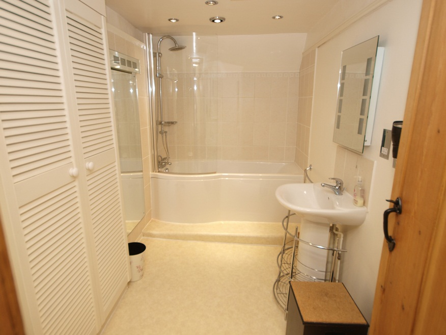 holiday cottage in studland bathroom