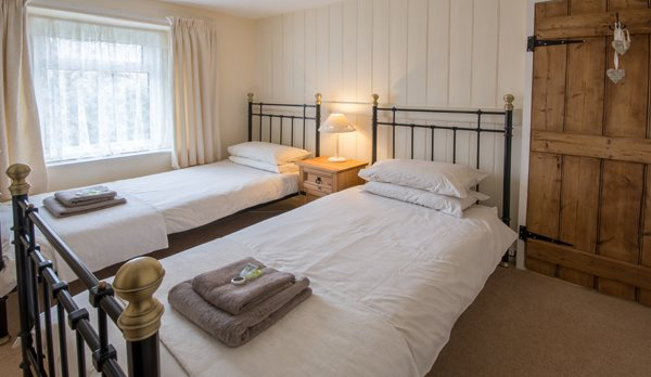 traditional purbeck holiday cottage twin bedroom
