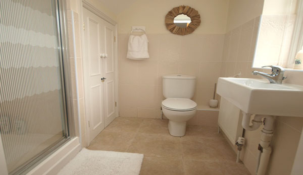 holiday cottage in lulworth cove king bathroom