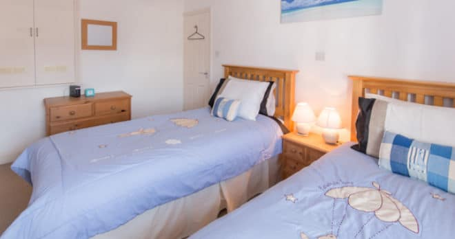 cottage holiday in swanage twin bedroom 3
