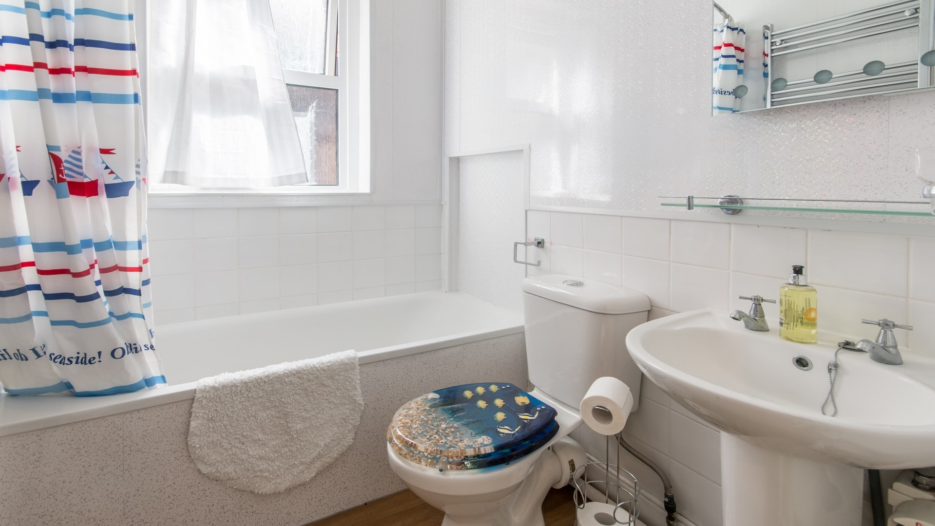 seaside apartment in Swanage bathroom