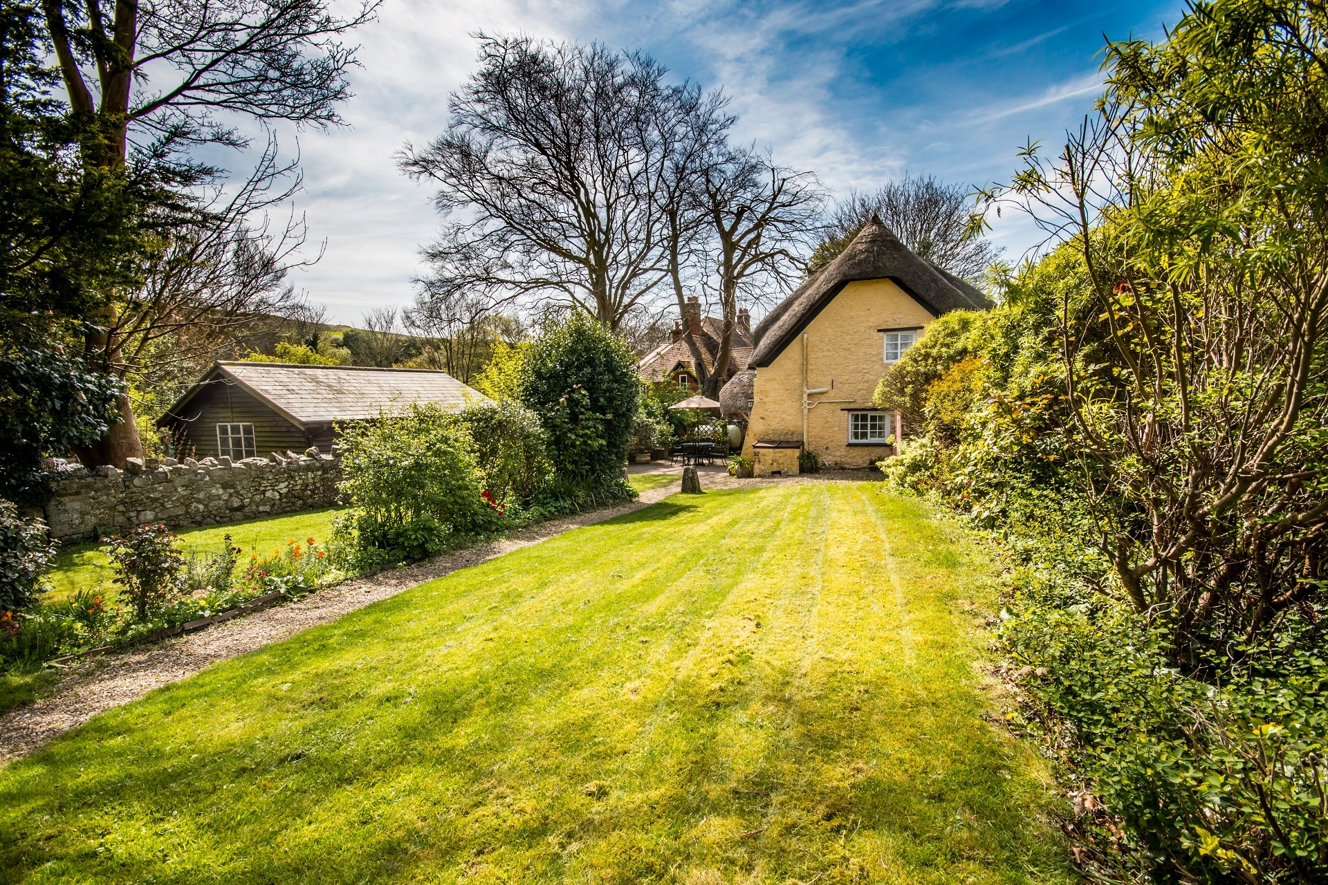 thatched romantic holiday cottage garden