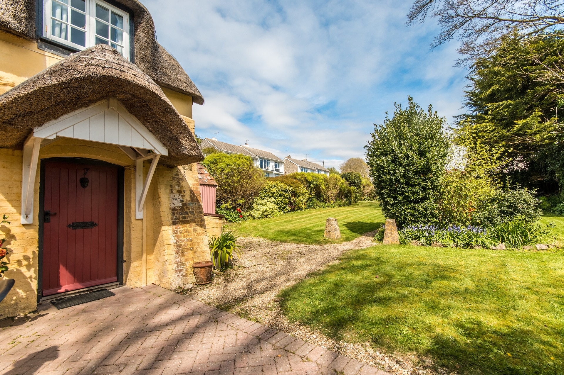 thatched romantic holiday cottage driveway