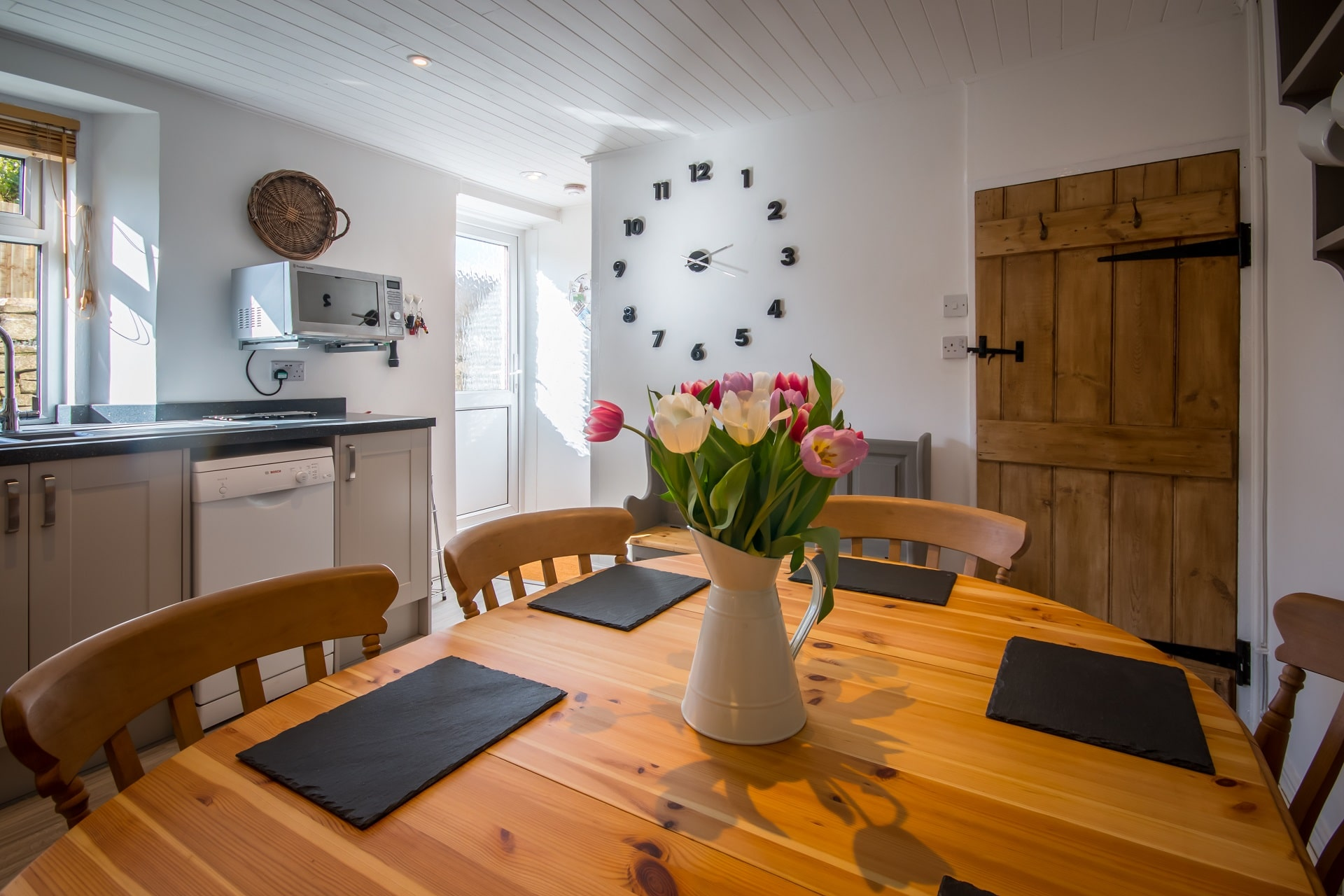 traditional purbeck holiday cottage dining area