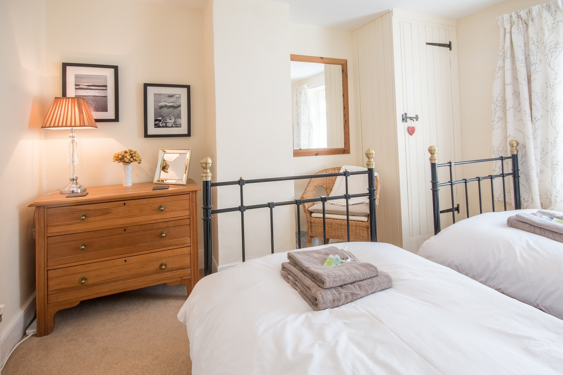 traditional purbeck holiday cottage twin bedroom 2